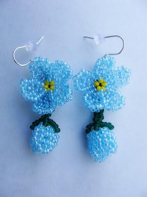 Научилась делать красивые цветочки из бисера и вот хочу похвастаться, какое получилось колье с незабудками.
