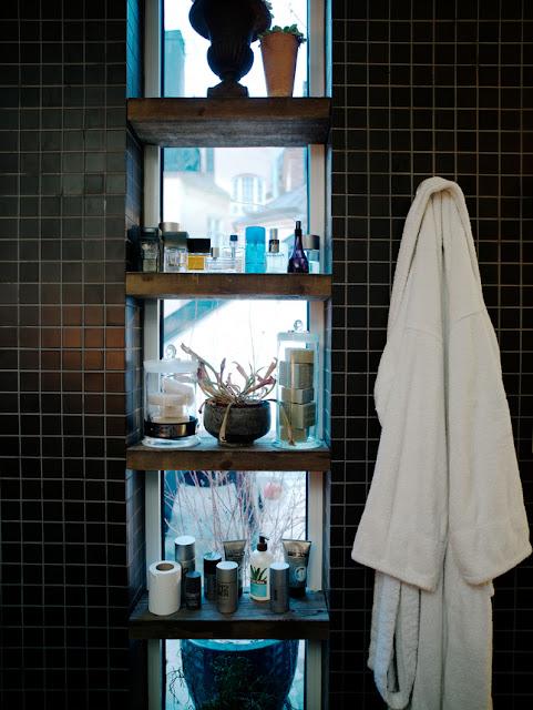 Integriertes Badregal im Fenster - perfekter Tipp zum Selbermachen