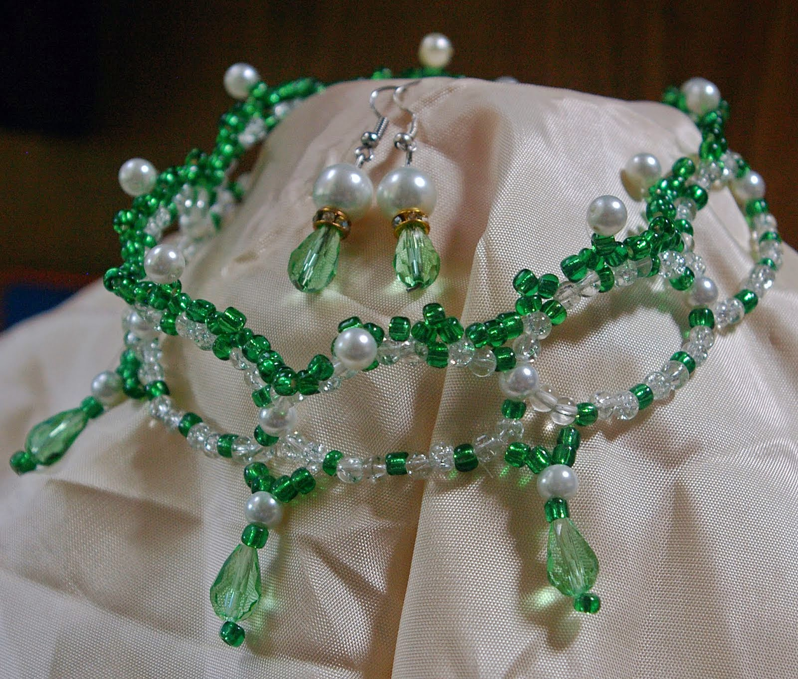 Victorian emerald necklace with earrings