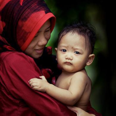 Wahai Ibu, Gendonglah Buah Hati Anda Saat Maghrib Tiba!