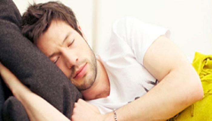 لماذا يجب علينا وضع  اليد اليمنى تحت الخد عند النوم....سبحان الله