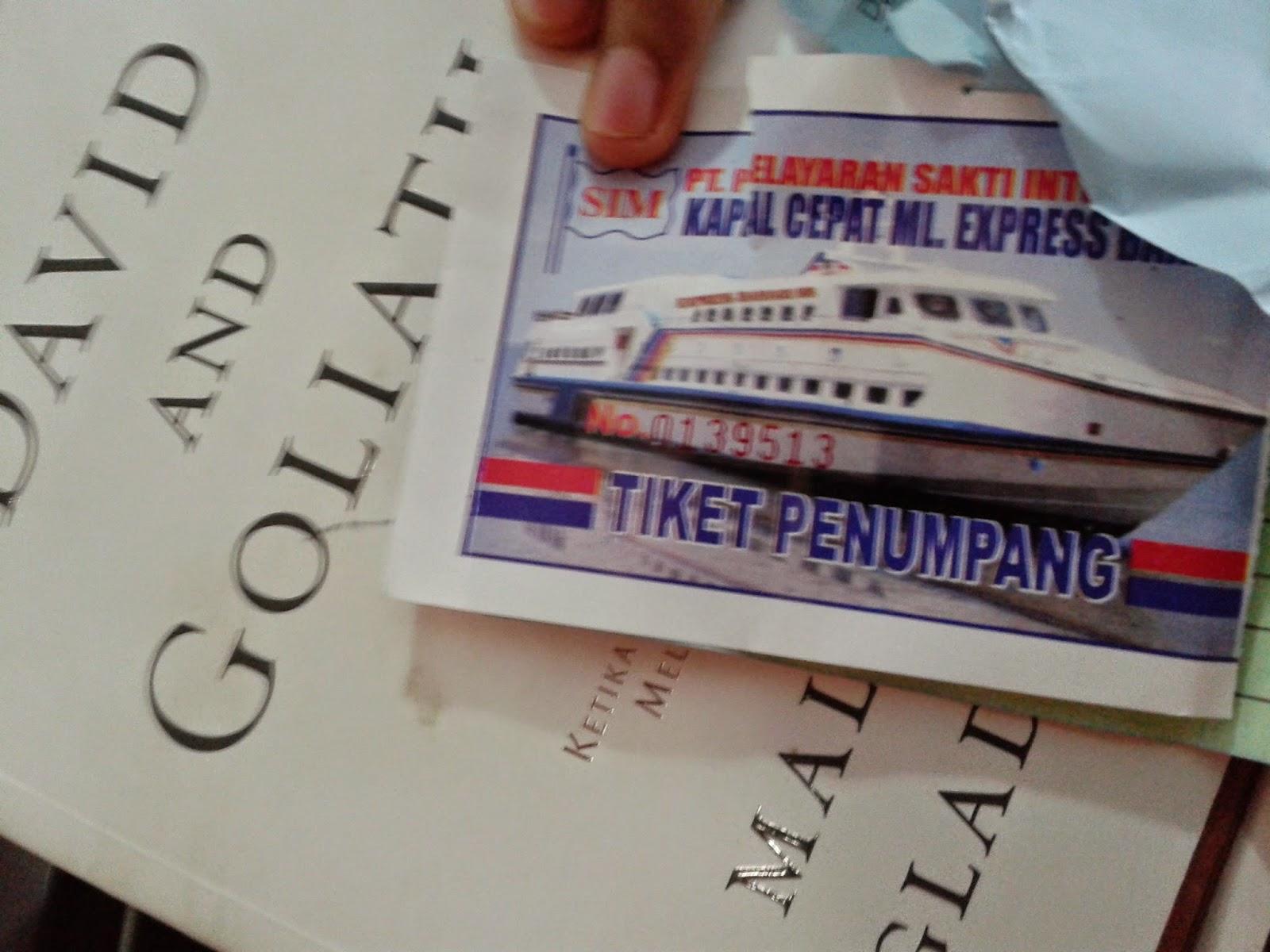 Tiket kapal dan buku bacaan selama di dalam kapal