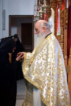 Γιατί ασπαζόμαστε το χέρι του Κληρικού;