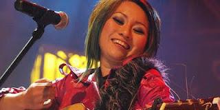Para gitaris wanita dari Indonesia...!!!