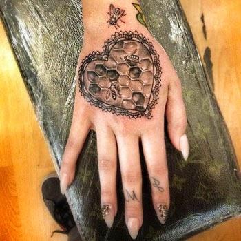 Fotos de tatuagem de coração na mão feminina
