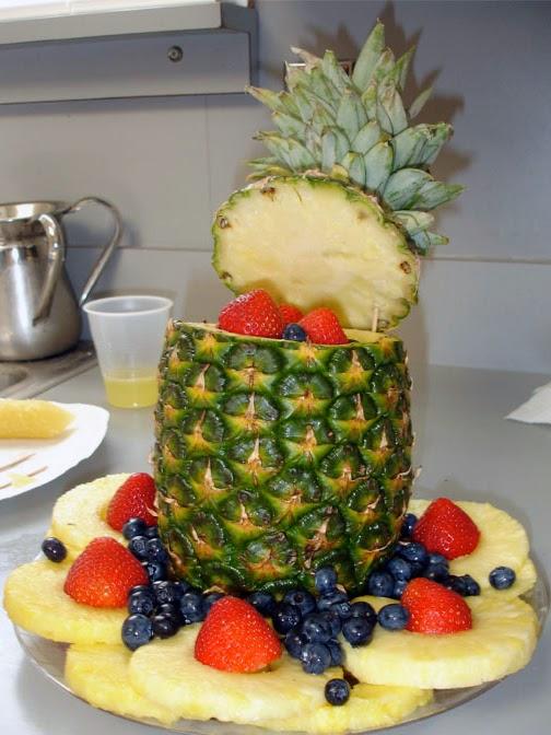 Arreglo frutal con piña, arándanos y fresas
