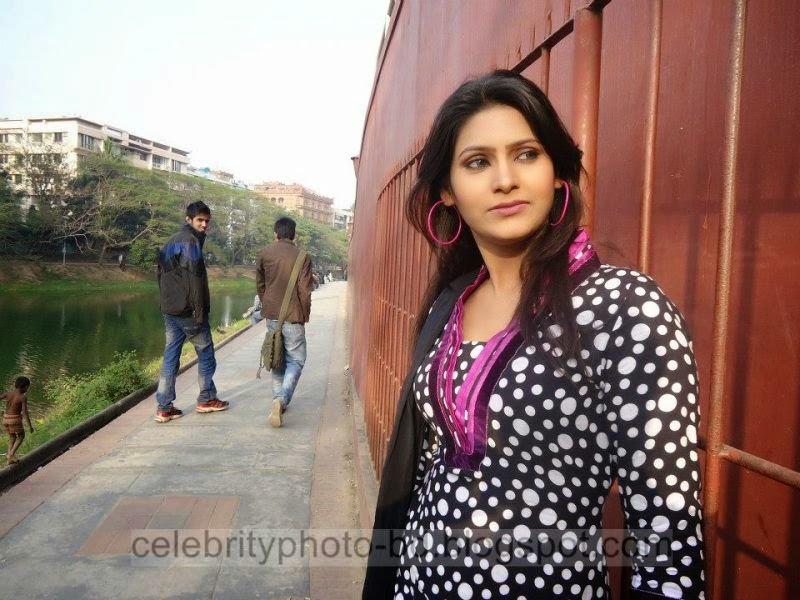 Bangeli+Model+Wahida+Rahi's+Exclusive+PhotoShoot+Collection+at+Dhanmondi+Lake+In+Salowar+2014 2015008