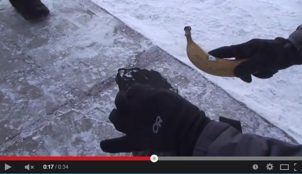 شاهد بالفيديو عندما يحٌول الجليد موزة إلى مطرقة قابلة للاستخدام