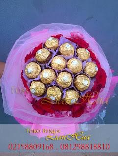 hadiah bunga mawar dan cokelat valentine