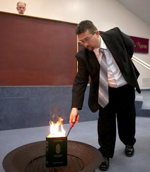 تصویر به آتش کشیدن قرآن توسط کشیش آمریکایی!