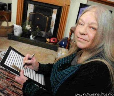 escritora escribe con bolígrafo sin tinta