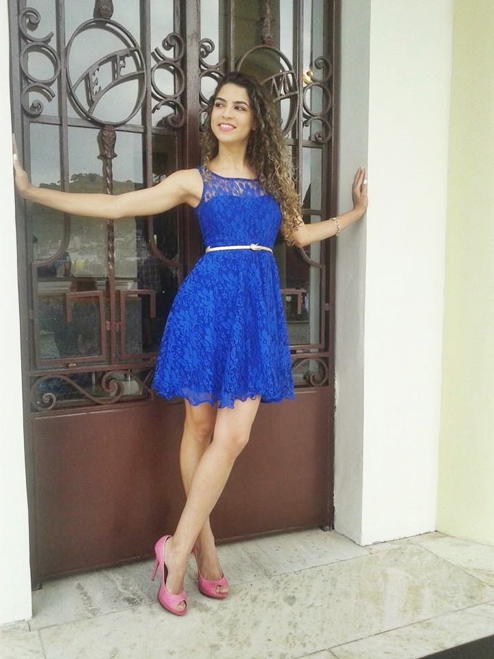 Vestido rosa sapato azul