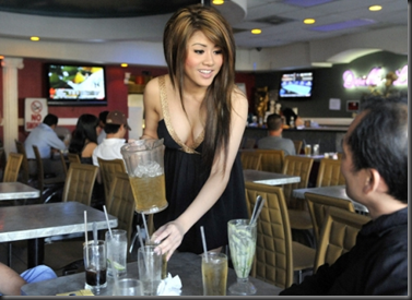 idegue-network.blogspot.com - Cafe Yang Sangat Bikin Betah, Karena Pelayan Yang Sangat Berani