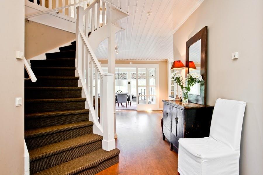 wystrój wnętrz, wnętrza, home decor, dom, mieszkanie, styl tradycyjny, styl klasyczny, białe wnętrza, przedpokój, schody