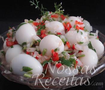 receita de ovos de codorna cozidos e servidos com molho vinagrete