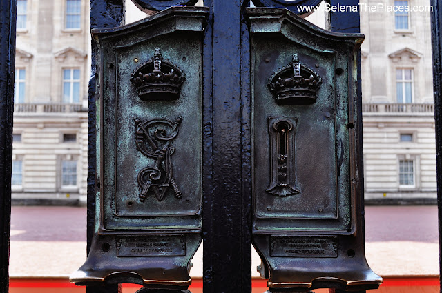 Gate at Buckingham Palace