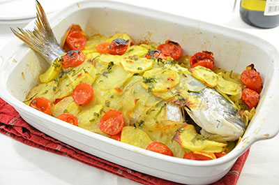 Orata al forno con patate e pomodorini le ricette de la cucina imperfetta - Filetto di orata al forno su letto di patate ...