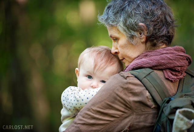 Carol (Melissa McBride) y Judith en The Walking Dead 5x01