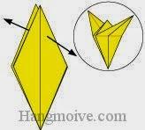 Bước 12: Dùng tay kéo hai đỉnh giấy ra hai phía ngược nhau sao cho miếng giấy xoè thành hình ngôi sao bốn cánh.