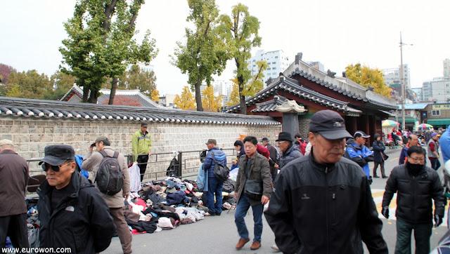 Vendedores ambulantes coreanos frente la santuario Dongmyo