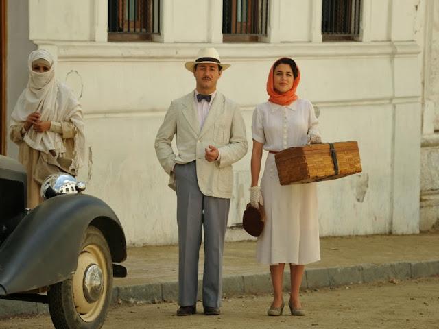 Sira Quiroga blusa y falda blanca. El tiempo entre costuras. Capítulo 5