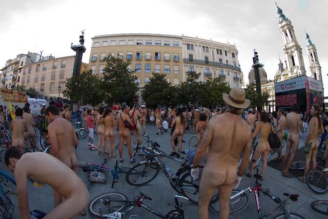Ciclonudista Zaragoza 18/06/2011 -  Desnudos ante el tráfico
