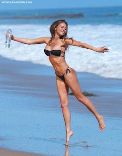 جديد تشارلي رينا صور ساخنة بالبكيني على شاطىء البحر