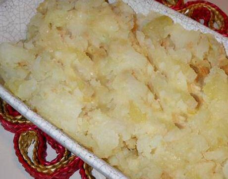 Lekker recept van Jeroen Meus om knolselderpuree te maken met gebakken knolselder, aardappelen en geroosterde look