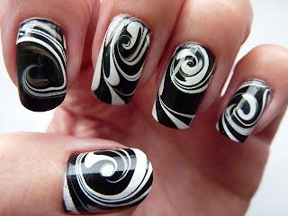 ukrasavanje noktiju - crno-beli water marble nokti 002