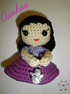 muñeca amigurumi realizada a crochet con dije de angeelito