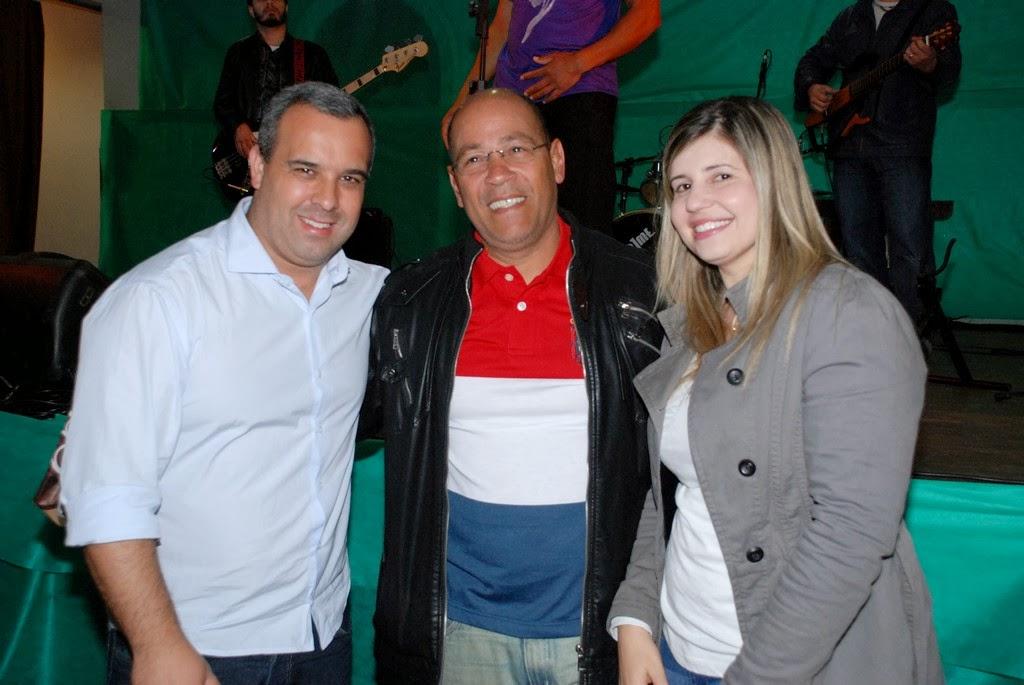 Luis Lisardo recebe homenagem da primeira-dama, Alessandra Rosa, e do presidente da Câmara, Maurício Lopes