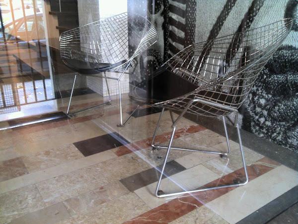 """Barcelone - Hall d'entrée - Fauteuils """"Diamant"""" d'Harry Bertoia pour Knoll"""