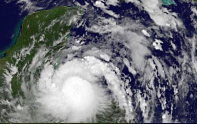 HARVEY fast als Hurrikan über Roatan (Honduras) - Mexiko deaktiviert Sturmwarnung auf Yucatán - Hurrikanbedingungen in Belize möglich, 2011, aktuell, Atlantik, August, Belize, Guatemala, Harvey, Honduras, Hurrikansaison 2011, Karibik, Sturmwarnung, Touristen, Vorhersage Forecast Prognose,