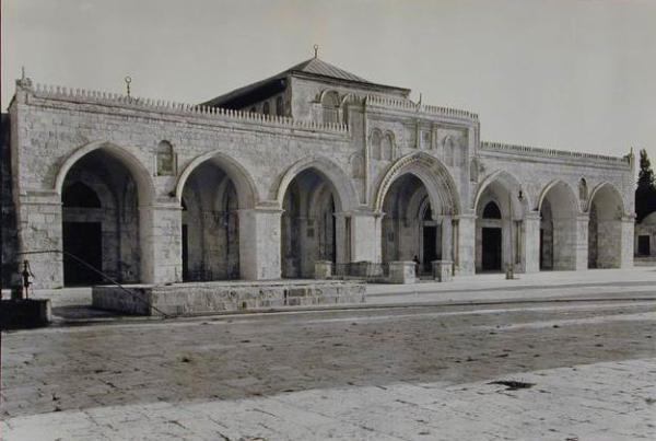 Fasad dan serambi masjid ini dibangun dan diperluas oleh para penguasa Fatimiyah, Tentara Salib, Mamluk dan Ayyubiyah.