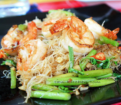 Stir-Fried Thin rice noodles with shrimp and Water mimosa (Sen Mee Pad ...