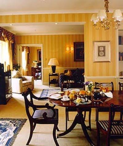 Furniture design floreale e carta da parati a righe con for Carta parati inglese