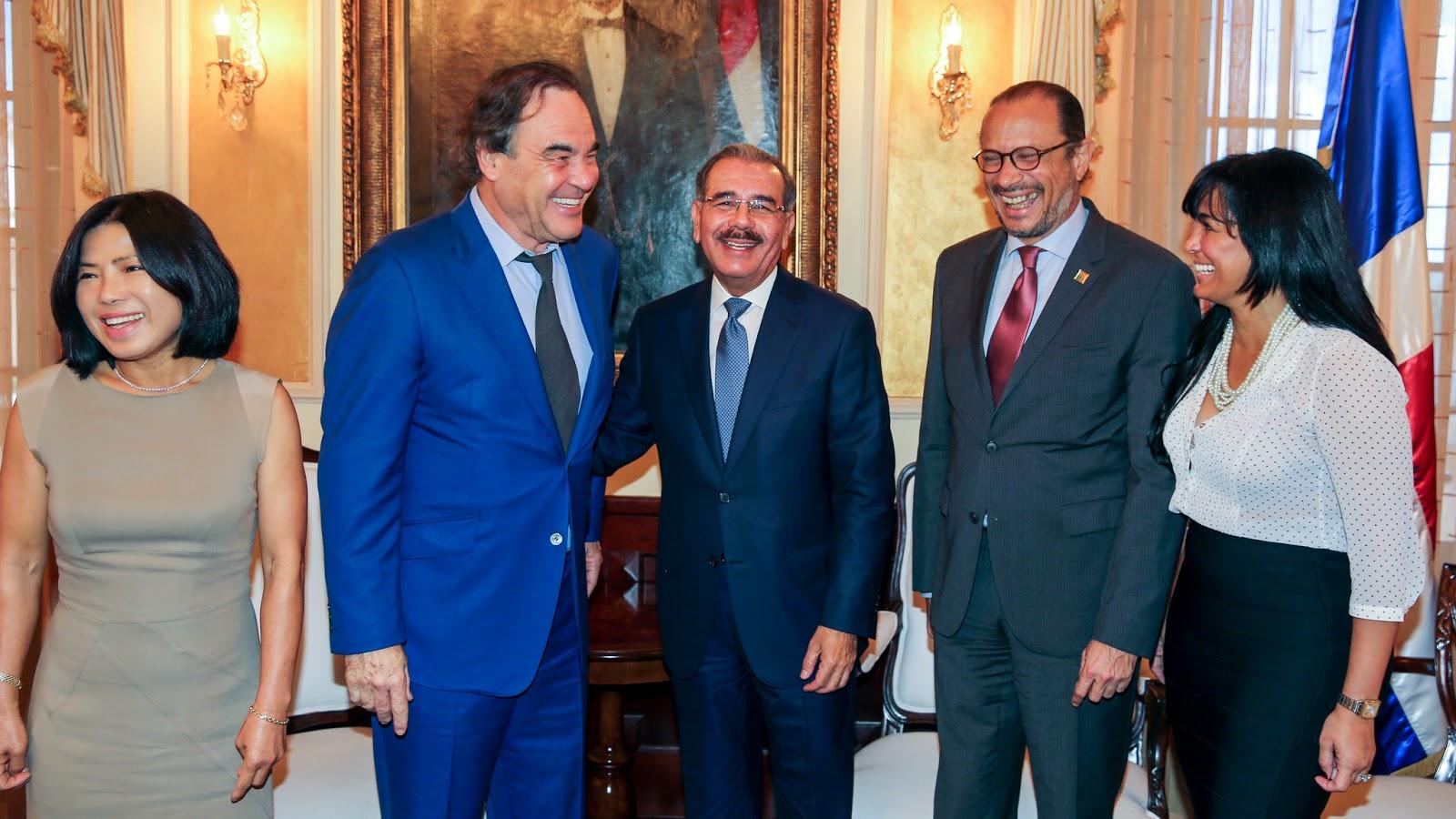 Danilo Medina y Oliver Stone conversan sobre educación y cine