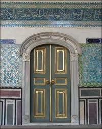 Pchli pałac, Şafak Elif, Stambuł, Okres ochronny na czarownice, Carmaniola