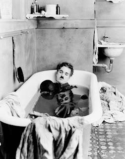 Chaplin durmiendo en la bañera