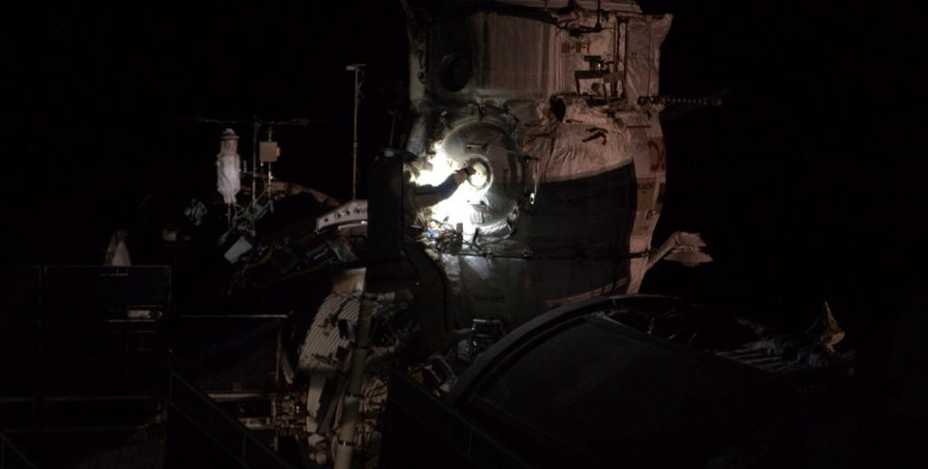 Alexander Samokutyaev cleaning an outside window of the ISS during spacewalk on Oct. 22, 2014. Credit: Reid Wiseman/NASA