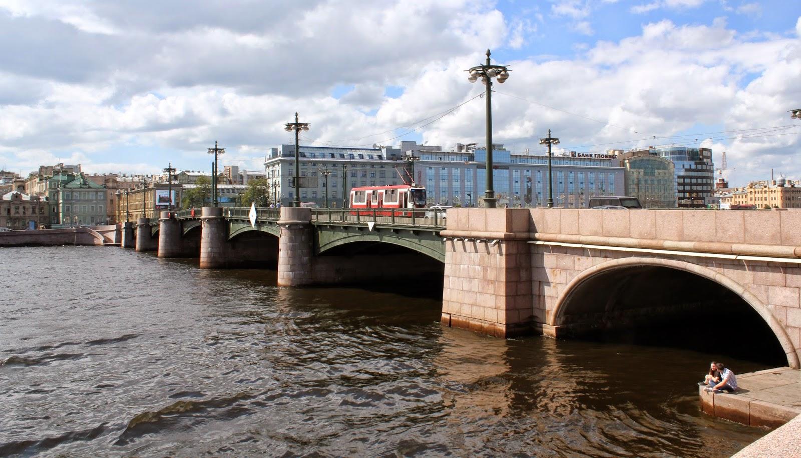 под мостом на Неве