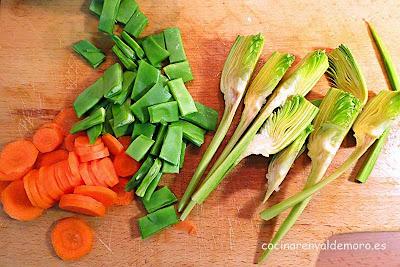 Ingredientes del arroz con verduras cortados