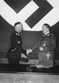 Hermann Göring ernennt Heinrich Himmler (links) zum Leiter der Gestapo