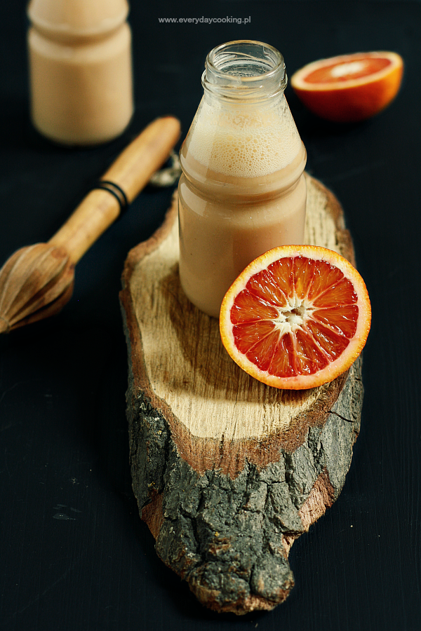 Koktajl z banana i czerwonych pomarańczy