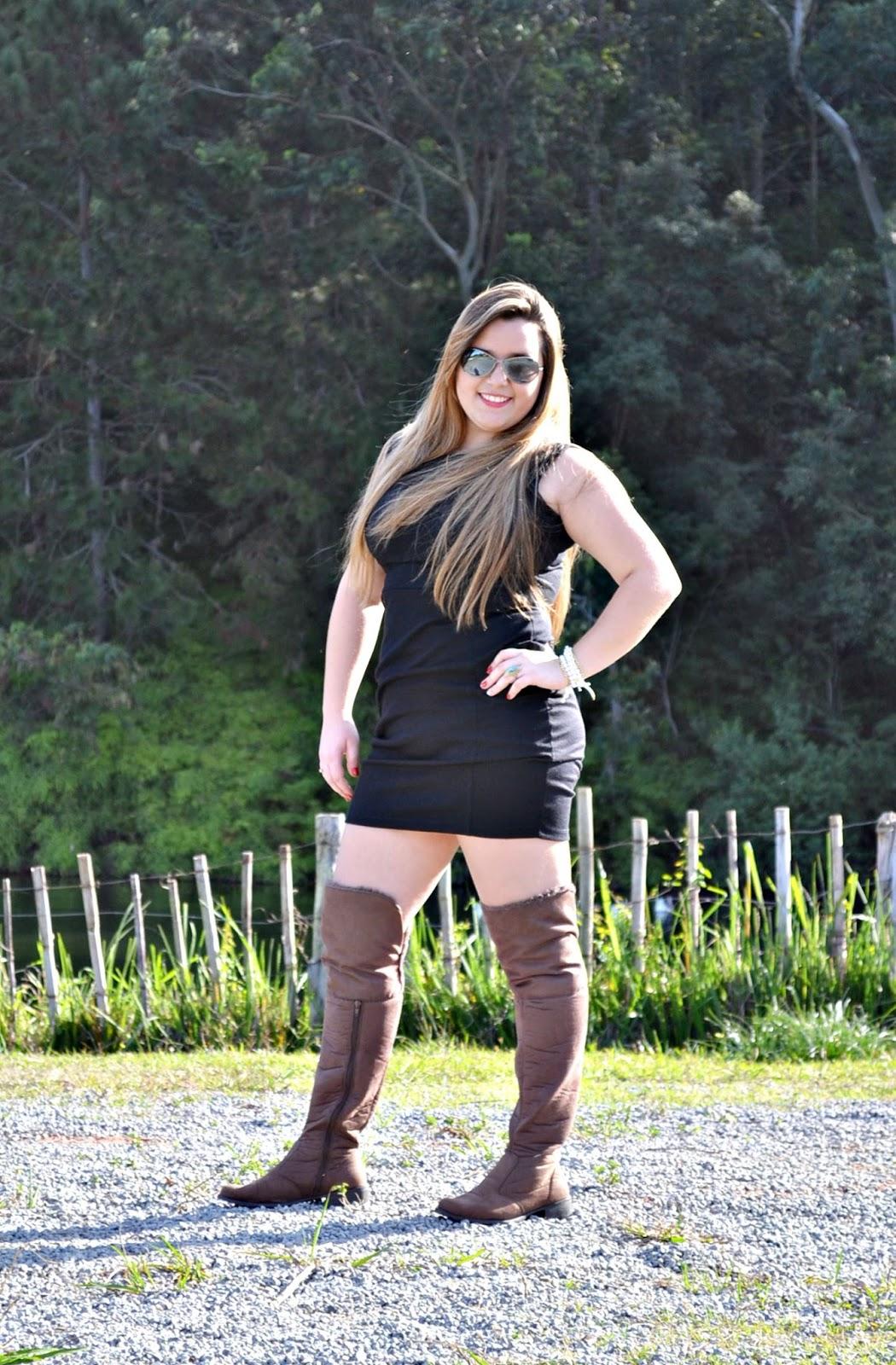 Vestido jeans com bota marrom