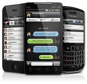 (Caracas, 9 de mayo – Noticias24).- La aplicación Whatsapp se asemeja al Blackberry Messenger de la RIM, a diferencia es que la comunicación es mucho más extensa con otros usuarios que usan equipos de diversas marcas. El servicio que ofrece se ha extendido por Europa, incrementando su popularidad ya que la aplicación de manera gratuita se puede compartir además de mensajes también se pueden enviar fotografías, videos, mensajes de voz y la localización con usuarios que tengan la misma aplicación. Pese a ser una aplicación cómoda en cuanto al ahorro de mensajes de textos y el pago de un plan,