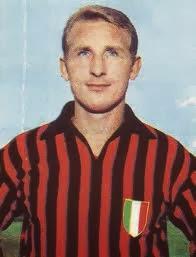 Giovanni Trapattoni con la maglia dei rossoneri