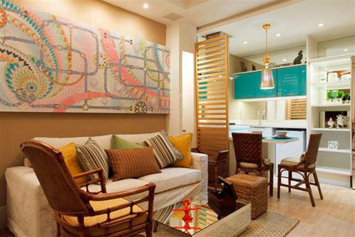 decoracao de ambientes pequenos e integrados : decoracao de ambientes pequenos e integrados: amarelo e azul turquesa nas almofadas, quadros e porta do armário