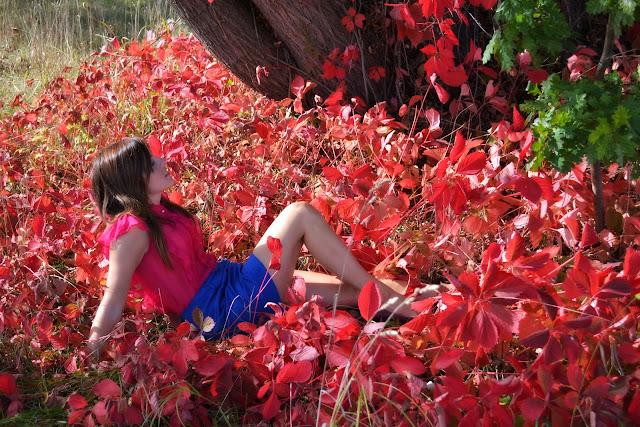 sesja w liściach, mgiełka, kolorowa stylizacja