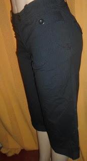 bermuda risca de giz preta  com bolsos na frente e atrás botões no punho